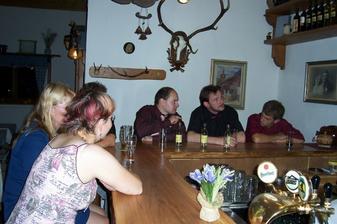 kamarádi u baru
