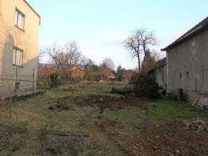 Pozemok po vypílení stromov....