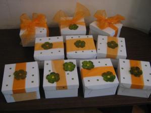 krabičky vlastní výroby na koláčky
