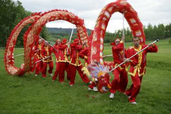 Kluci slavili fakt úspěch, toto se vidí jen velmi, velmi zřídka - v Čechách nikdo jiný dračí tanec snad ani nedělá :-)