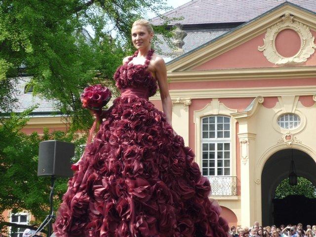 Krááásne červeno-biele šaty - Obrázok č. 16