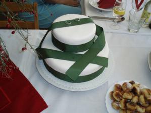 Dva bílé tulipány, které byly na dortu uvadly, škoda!