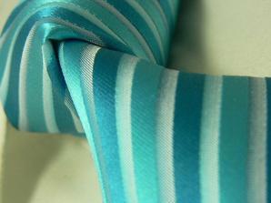 Hmmm, kdybychom strefili odstín, tak by pruhovaná kravata k puntíkovaným šatům mohla vypadat hodně dobře :-)