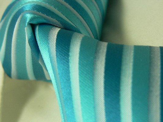 L & M 6. 8. 2011 - Hmmm, kdybychom strefili odstín, tak by pruhovaná kravata k puntíkovaným šatům mohla vypadat hodně dobře :-)