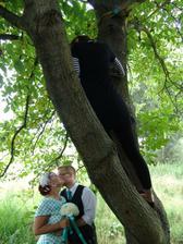 Fotka od tatínka - naše úžasná fotografka kvůli nám neváhala lozit po stromech :)