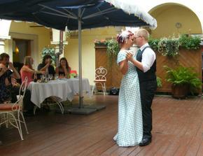 První tanec... vypadá to strašně romanticky, ale ve skutečnosti nám to vůbec nešlo a připadali jsme si hrozně trapně ;)