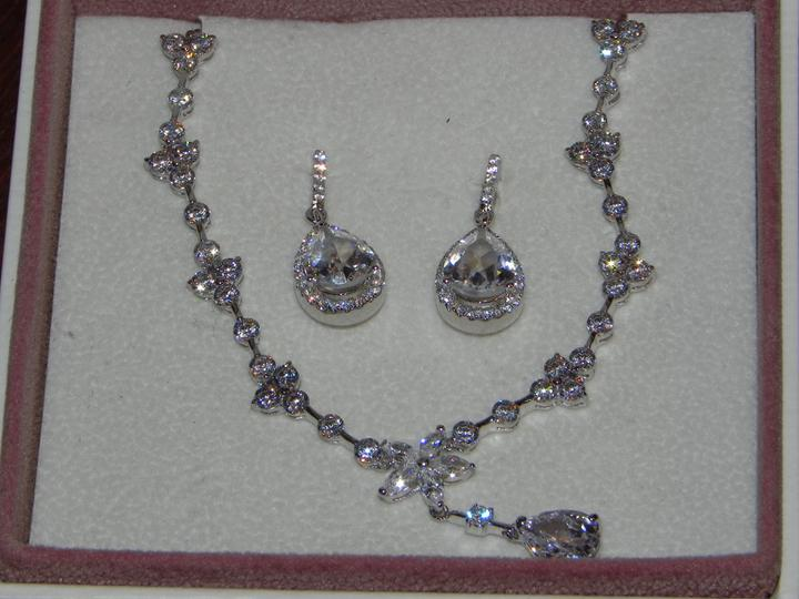 19.2. 2011 -Winter wedding :) - strieborné rodiové šperky so swarovského kamienkami kúpené v Sofii v auparku