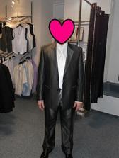 Oblek je ve skutečnosti světlejší. Nakoupeno v Bandi-profesionální přístup a skvělé ceny.