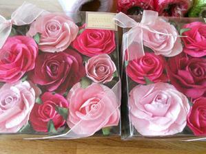 Z těchto růžiček vytvaruji kytku na auto. I když nevím to jistě, zatím nejsem rozhodnutá jaké auto zvolím. Rozhoduji se nad červeným autem a tyhle růže by se tam nehodily.