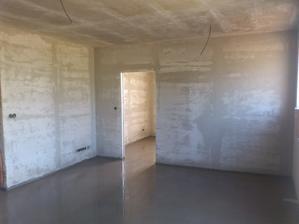 TV stena a za nou loznice