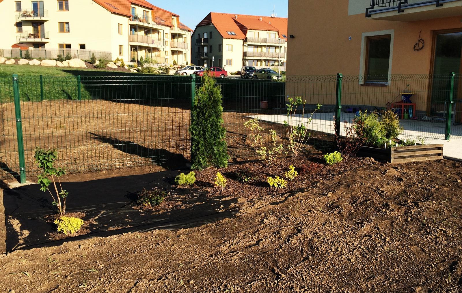 Zahrada- jak to vsechno zacalo.. - bylinkovy zahon z druhje strany