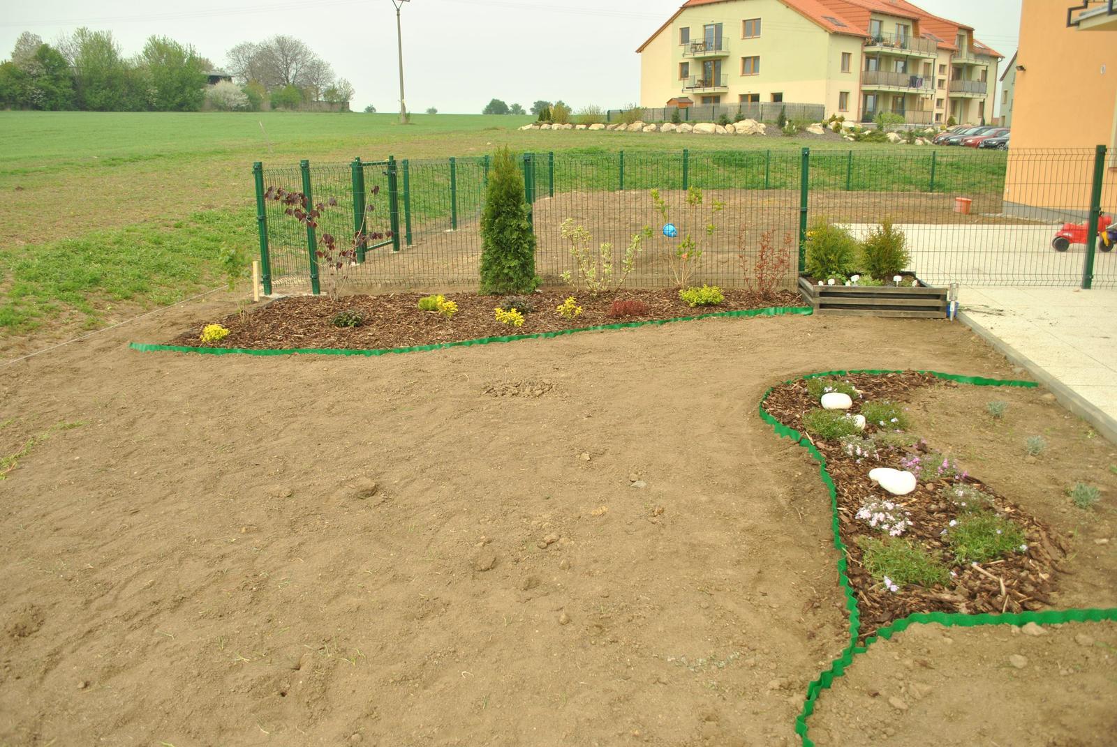 Zahrada- jak to vsechno zacalo.. - okraje zahonov su vyssie, ale budeme dovazat nejaku trosku lepsiu zem..