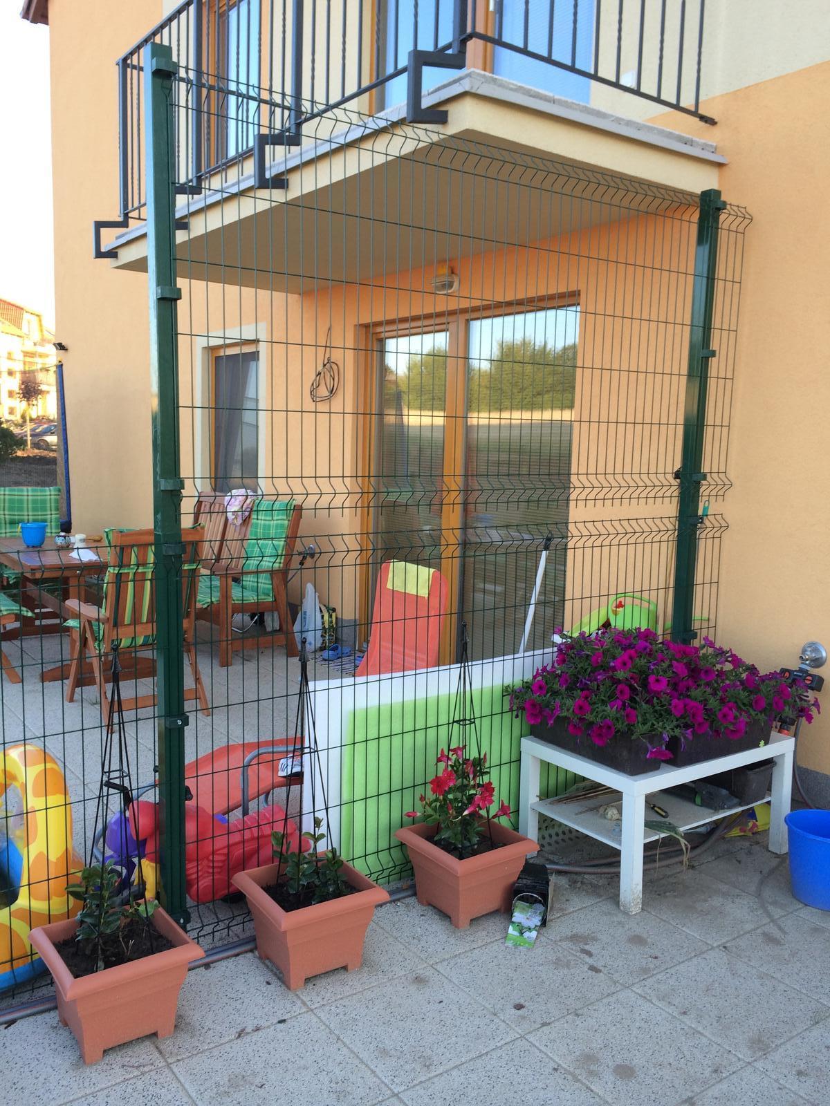 Zahrada- jak to vsechno zacalo.. - Sousedi zacali stavet rozdeleni teras.. Napada nekoho cim to odstinit?