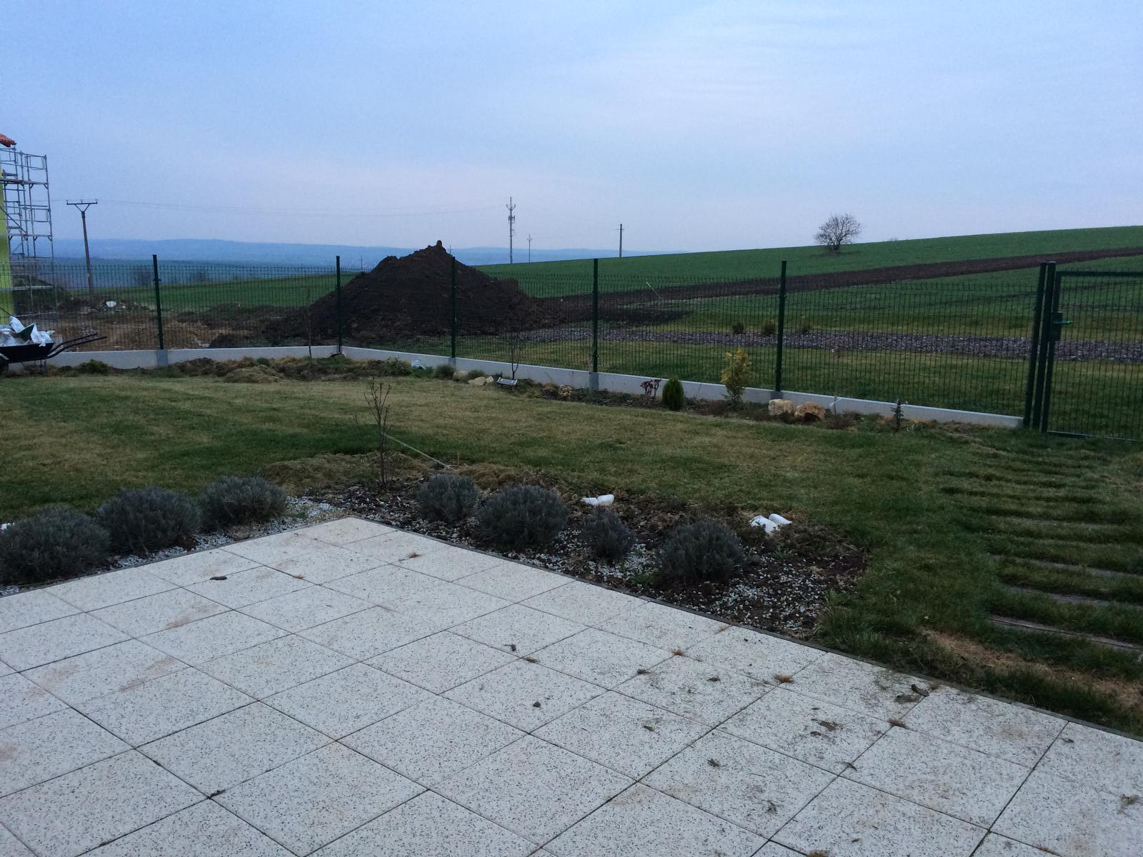 Zahradka nasa 2015 - Pokoseny travnik.. Snad se brzo vzpamatuje :)
