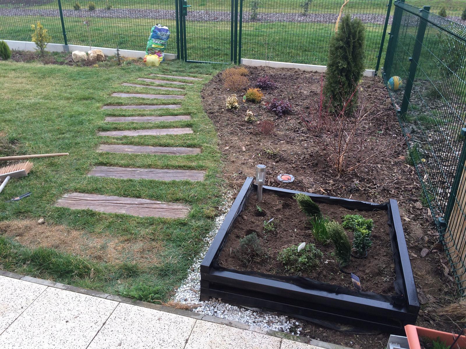 Zahradka nasa 2015 - S tim okrajem zahonu jsem fakt spokojena :)