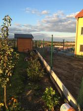 Susedia nam trosku prekopavaju plot