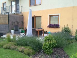 levandulky spravili krasny plot kolem terasy :)