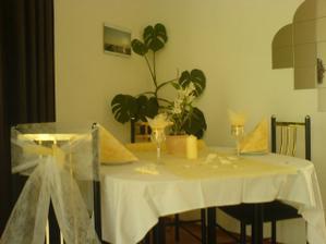 a takhle nějak bude vypadat tabule...mašle na židličky, středový ubrus, dárečky pro hosty ve skleničkách :) snad to bude pěkné :)