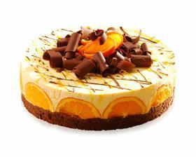 Originální ovocný dort se základnou z čokoládových corn-lupínků pokrytý lehkým tvarohovým krémem s kousky pomeranče a likérem. Povrch je zdoben plátky pomerančů a čoko hoblinkami.