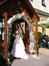 Krásně vyzdobená brána pro svatebčany.