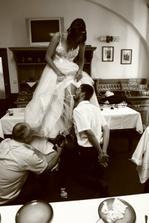 Došlo i na sundavání podvazku a rázem se mi pod šaty ocitl nejen manžel, ale i kameraman-taťka