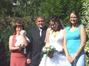 Se sestřenkou, synovcem a svědkyní (v modrém)