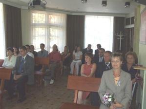 Všichni čekají na nevěstu.