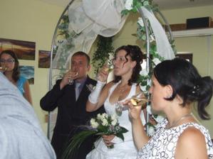 Svatební přípitek.