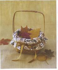 miesto lupienok dve dievcatka budu rozhadzovat jesenne listy