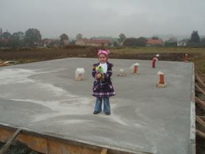 Naše  Klárka na místě svého budoucího pokojíčku