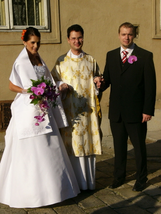 lucia kabatova brunariova{{_AND_}}martin kabat - pred kostolom
