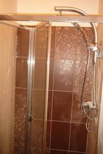 práve namontované sprchové dvere