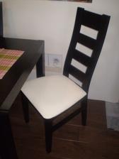 takto vyzerá stolička...masív s koženkou...