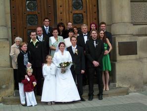 rodina a svatební hosté