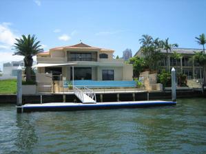 fotil som na lodi nedaleko Brisbane