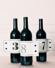 flase vina ktore posluzia aj ako oznackovanie stola