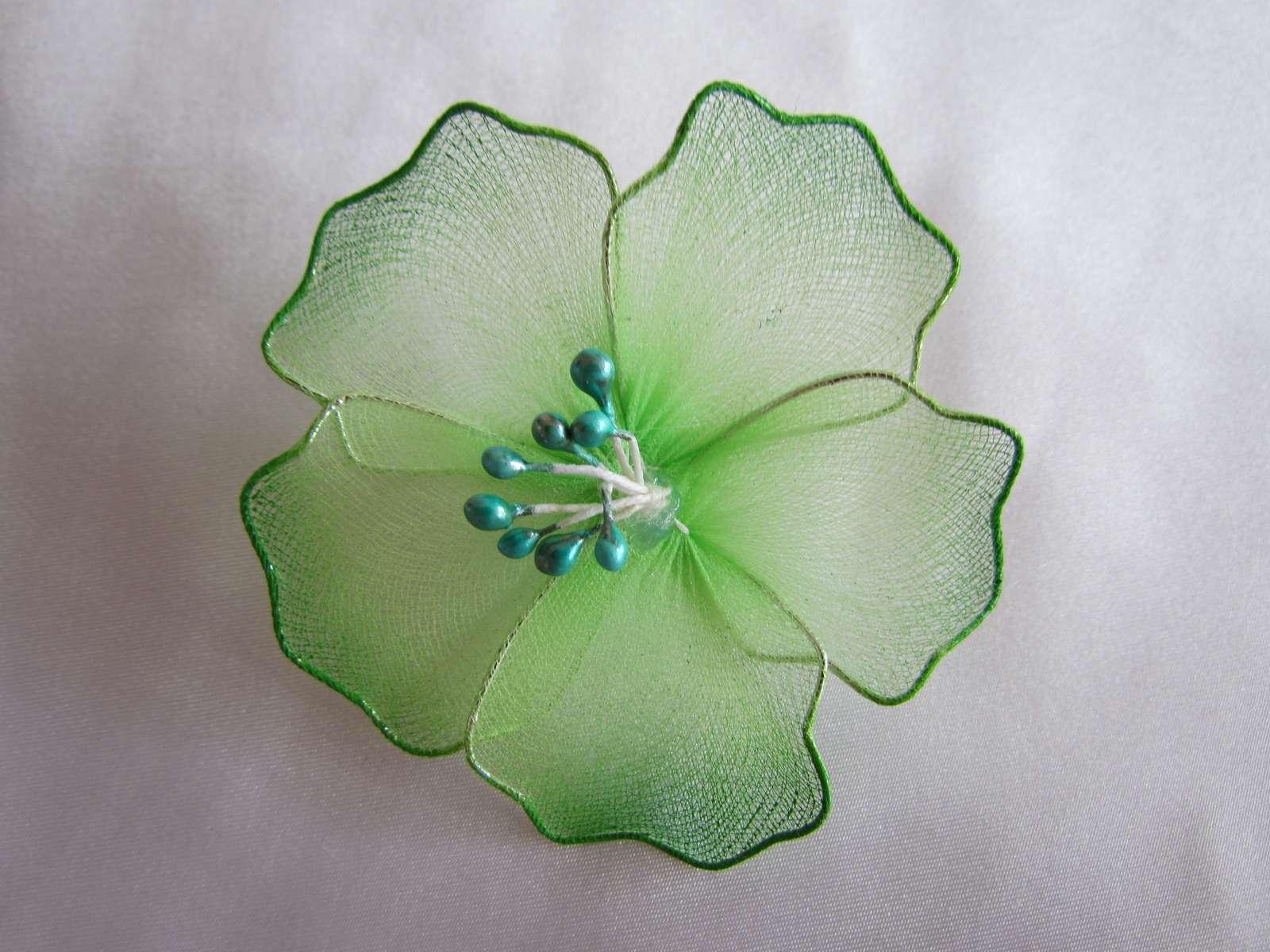 Zelenkavé květy na zavíracím špendlíku - Obrázek č. 1