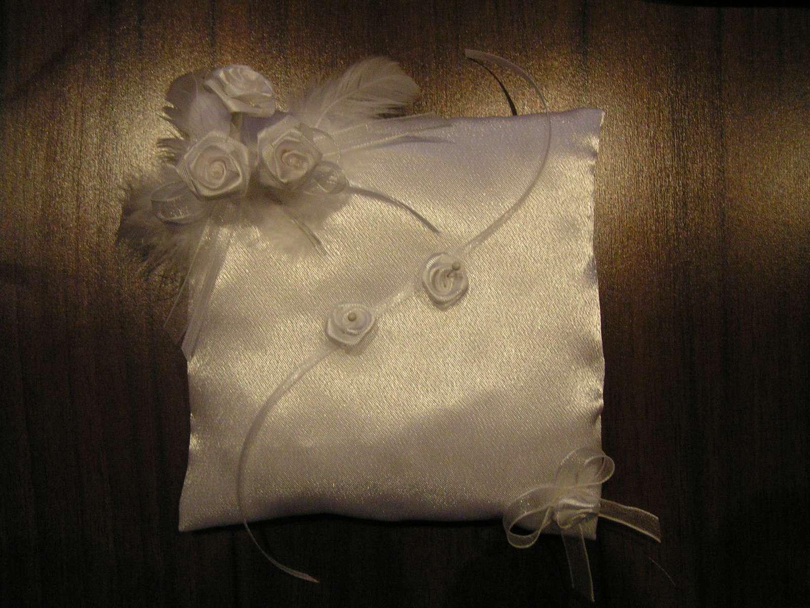 Bílý polštářek pod prstýnky - Obrázek č. 1