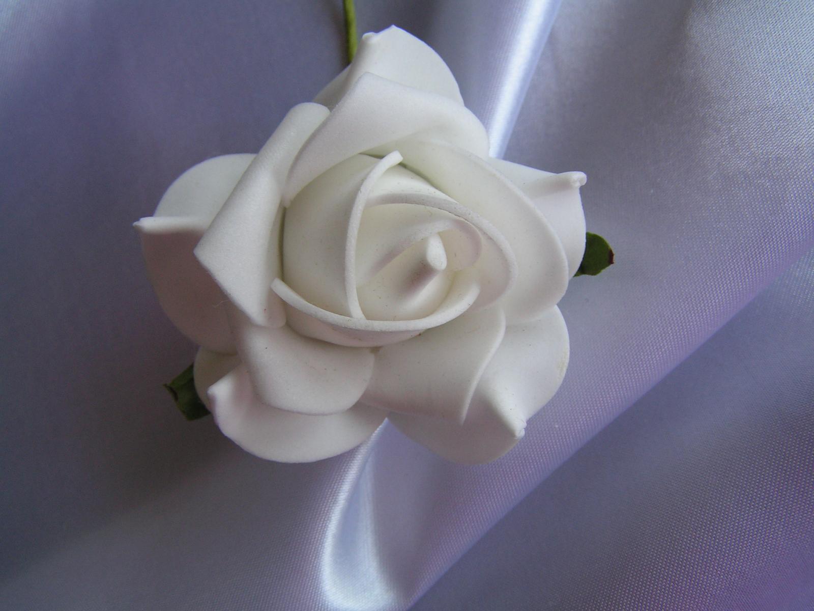 Bílé pěnové růže - 8 cm - Obrázek č. 1