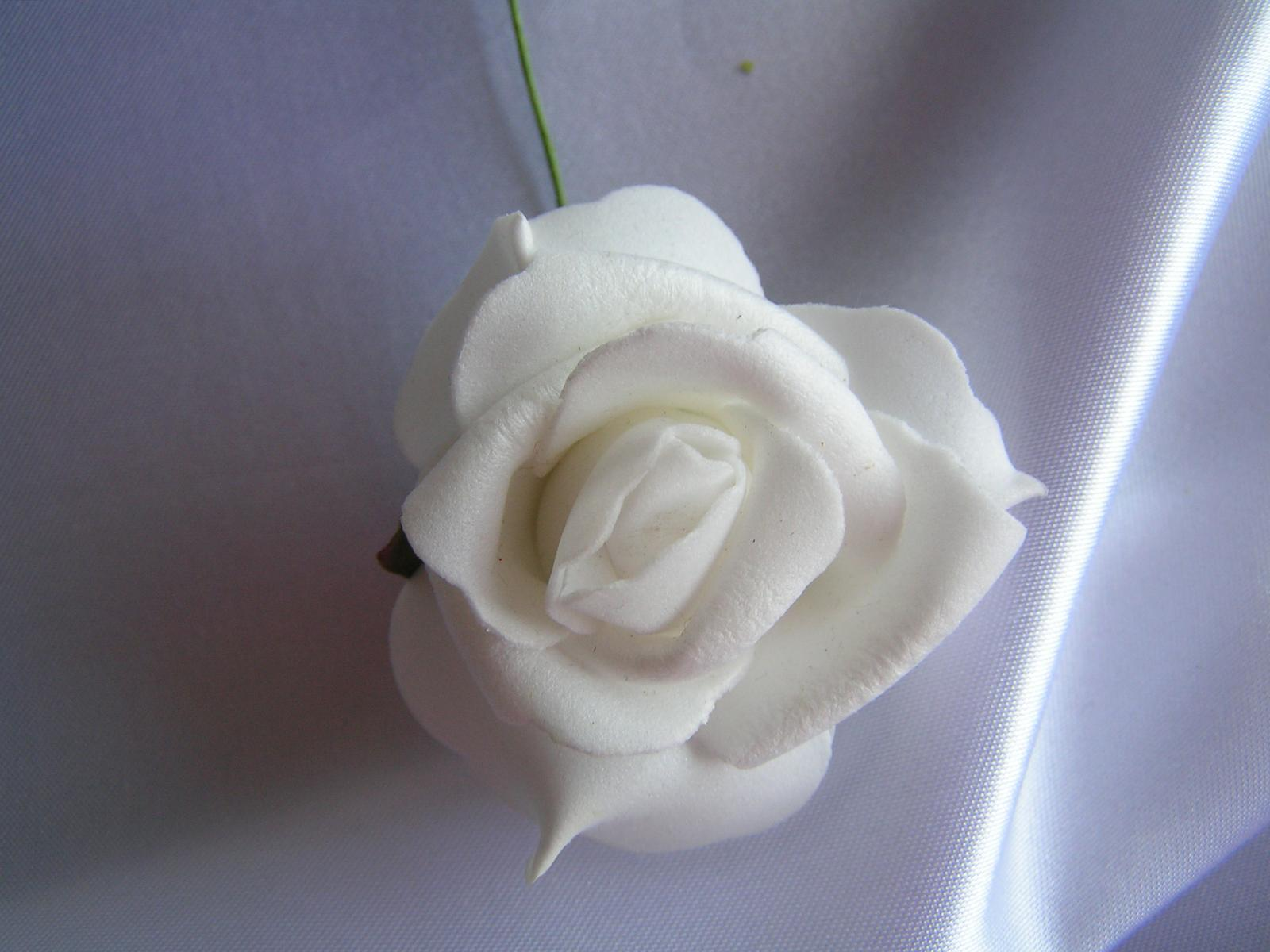 Bílé pěnové růže - 5,5 cm - Obrázek č. 1