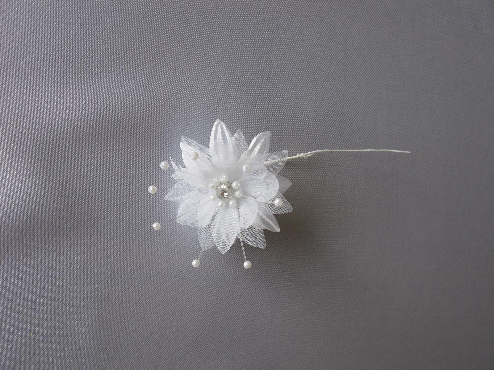 Bílá kytička na drátku - Obrázek č. 1