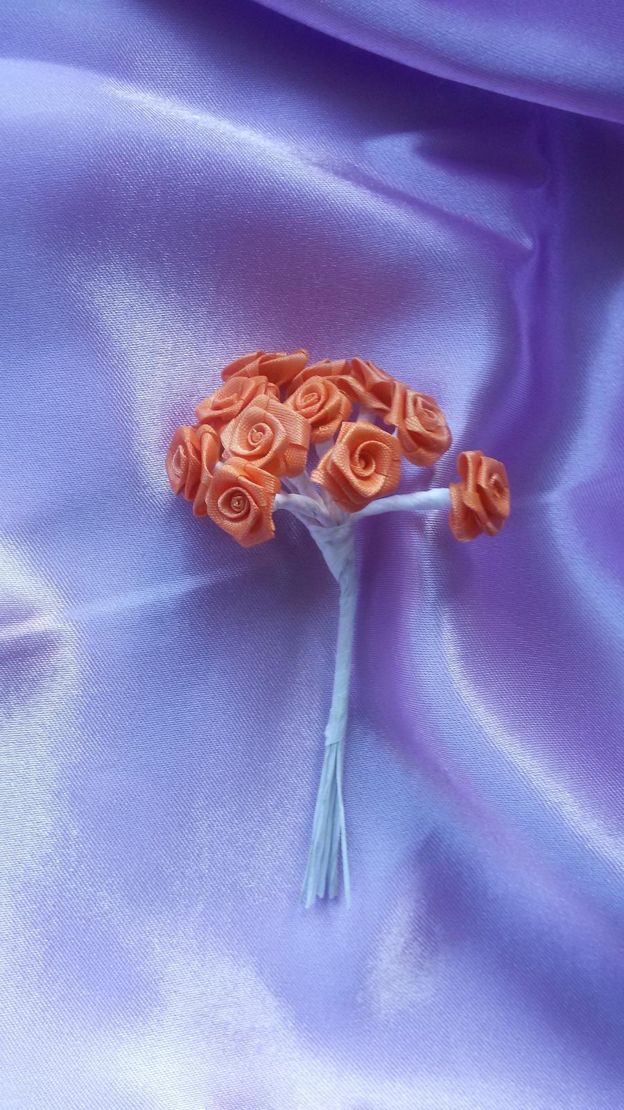 Svazek malých saténových růžiček - Obrázek č. 1