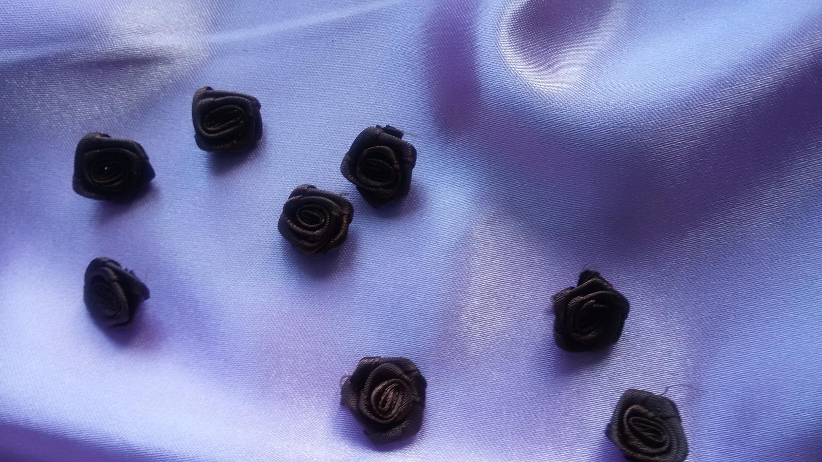 Malé saténové růžičky - Obrázek č. 1
