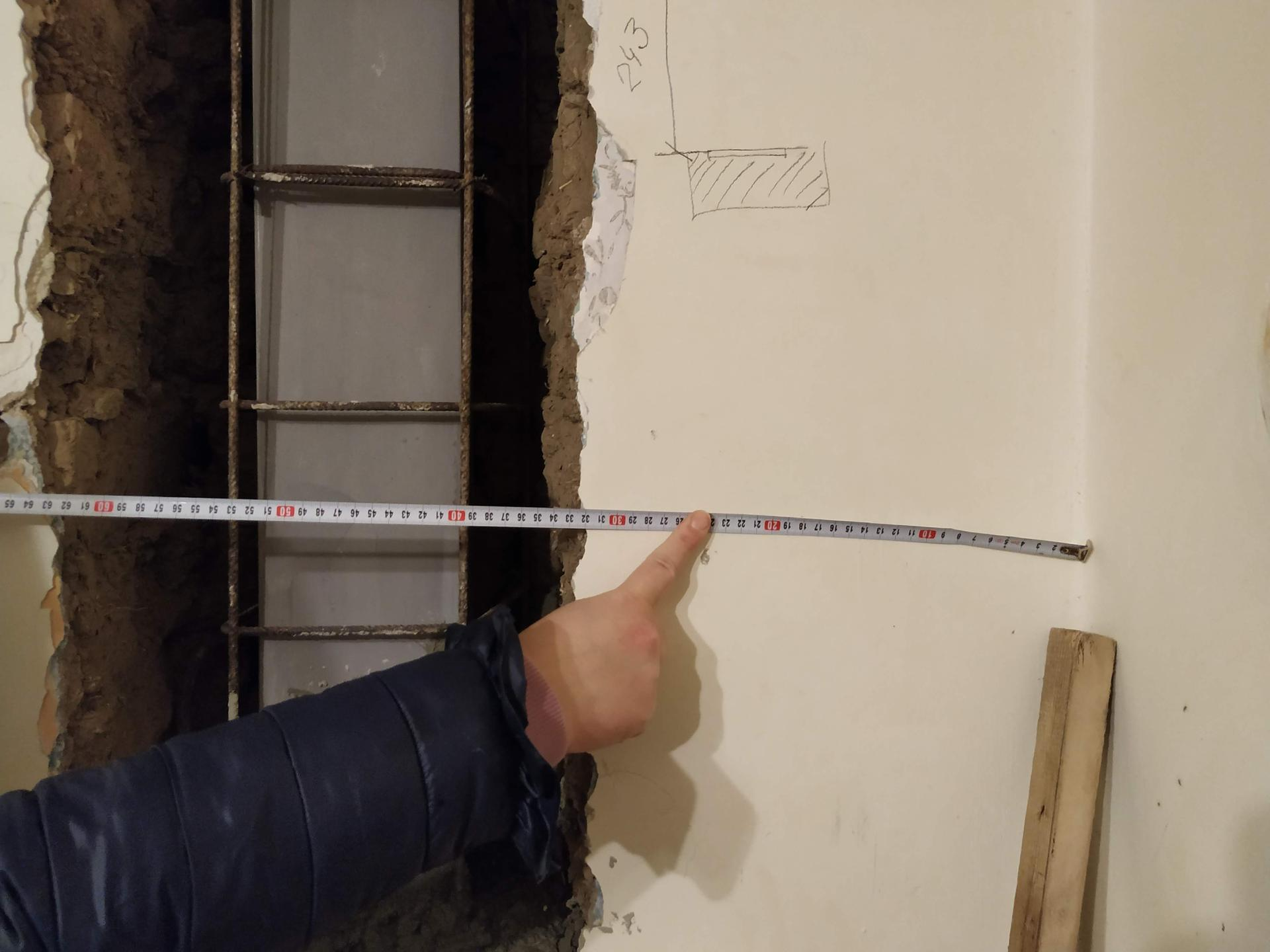 Oporné stĺpy schované, odobrené statikom, hore v podkroví na ne nadviaže ďalšia konštrukcia - Obrázok č. 1
