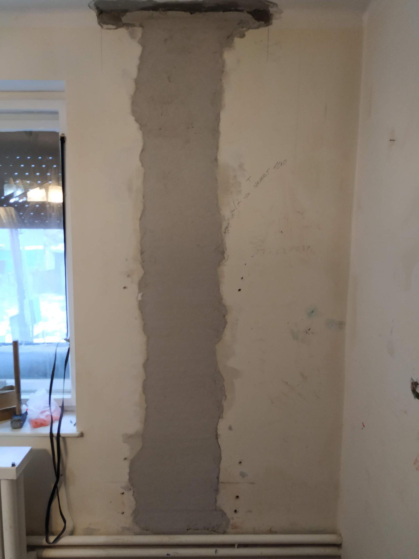 Oporné stĺpy schované, odobrené statikom, hore v podkroví na ne nadviaže ďalšia konštrukcia - Obrázok č. 3