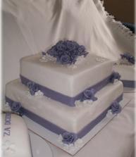 Moc pěkný - jen fialová barva bude tmavší...a malé dortíky k tomu.
