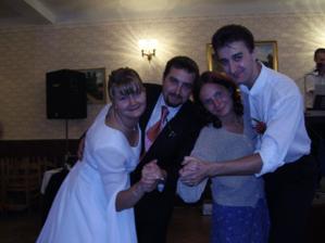 A všichni tancovali a pili.Má svědkyně sestra a její přítel.