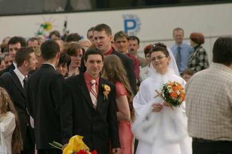 čakanie pred kostolom , keďže pred nami bola ešte jedna svadba