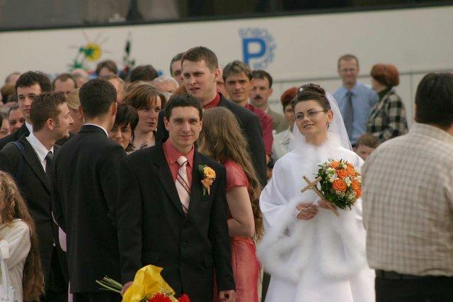 Marta{{_AND_}}Slavo - čakanie pred kostolom , keďže pred nami bola ešte jedna svadba