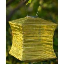 Žluté solární lampionky na terásku